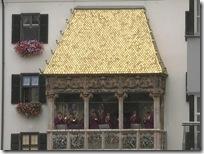 黄金の小屋根のテラスで楽団が演奏