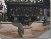 洗礼盤をささえるライオンたち