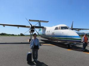 福江行きの飛行機の前で